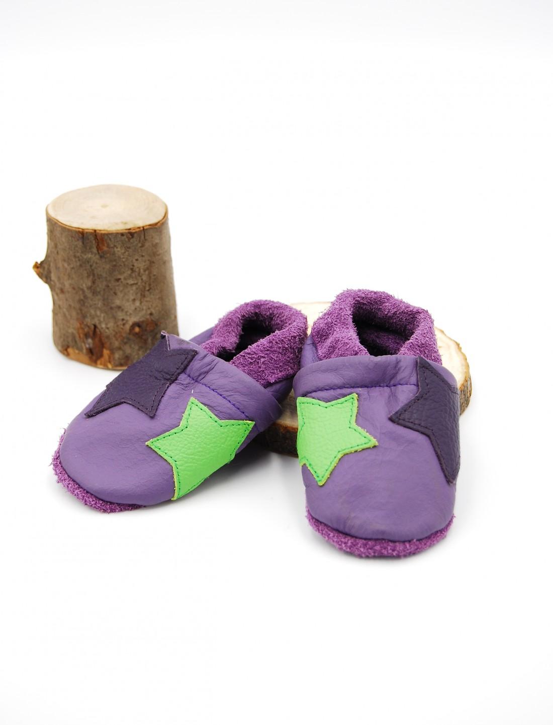 Zapato moccs estrellas moradas. O sol...
