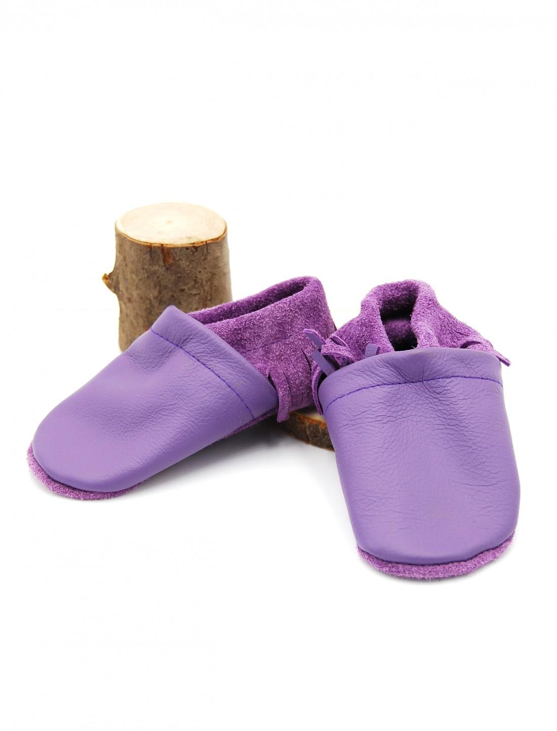 Zapato moccs morado con flecos. O sol...